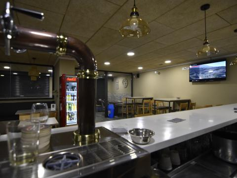barra lámparas cerveza local interior