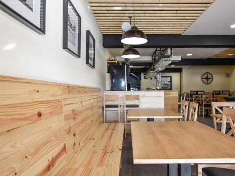 madera calidez iluminacion barra mesas blanco negro