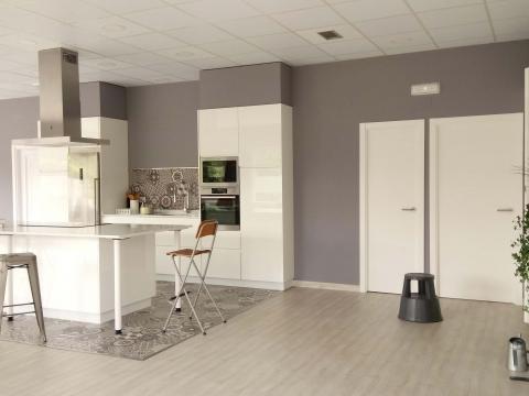 interior local gris blanco limpieza diáfano comodidad