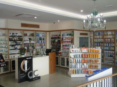 Interiorismo Farmacia Santa Cruz_Oleiros_Interior expositor
