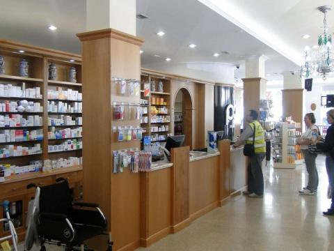 Interiorismo Farmacia Santa Cruz_Oleiros_Interior mostrador