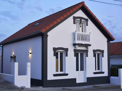 fachada principal negro y blanco teja ventanas