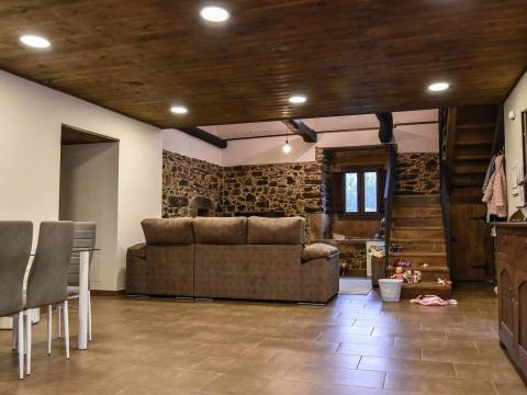 sala estar sofá madera escaleras diseño