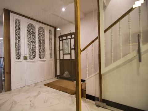 entrada  puerta vestibulo hall
