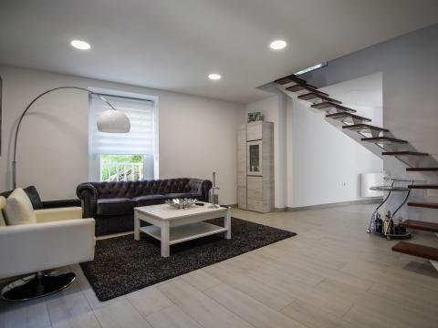 sala estar diseño interiores mobiliario sofá lámpara escaleras