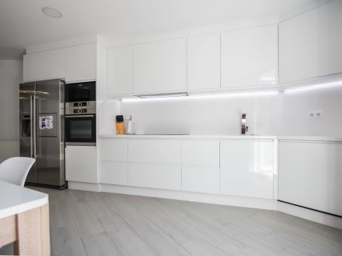 cocina diseño cocinando alimentos blanco lineas interiorismo