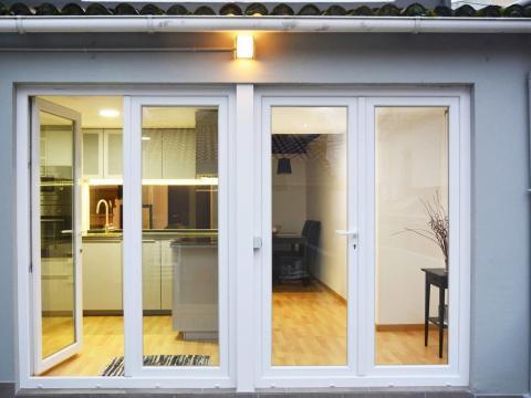 patio luz gris blanco puertas calidez cocina entrada