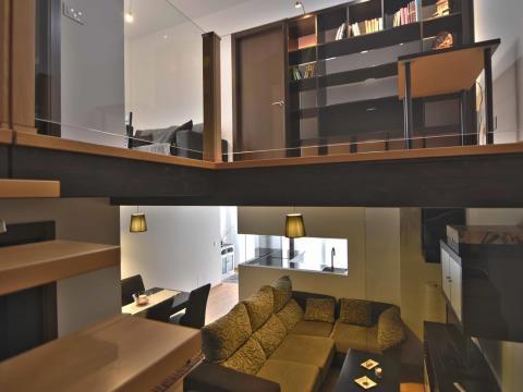 doble altura madera vigas vidrio calido sofa estar estudio