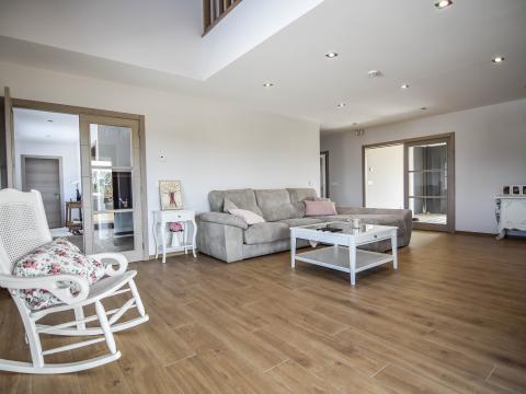 sala estar sofá mecedora gris rosa blanco madera