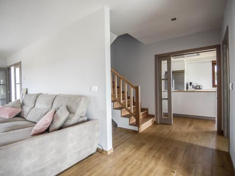 escaleras cocina sala sofá madera corredera