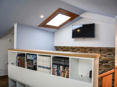 escaleras aprovechamiento libreria television lucernario piedra blanco y azul